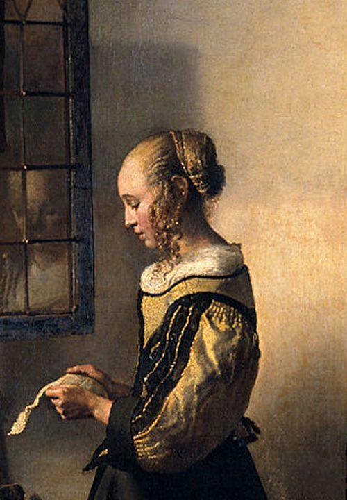 Mujer joven leyendo una carta frente a la venta - destaca