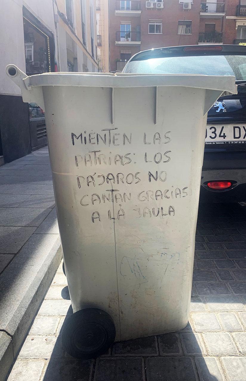 Frase de Neorabioso en un cubo de basura de calle