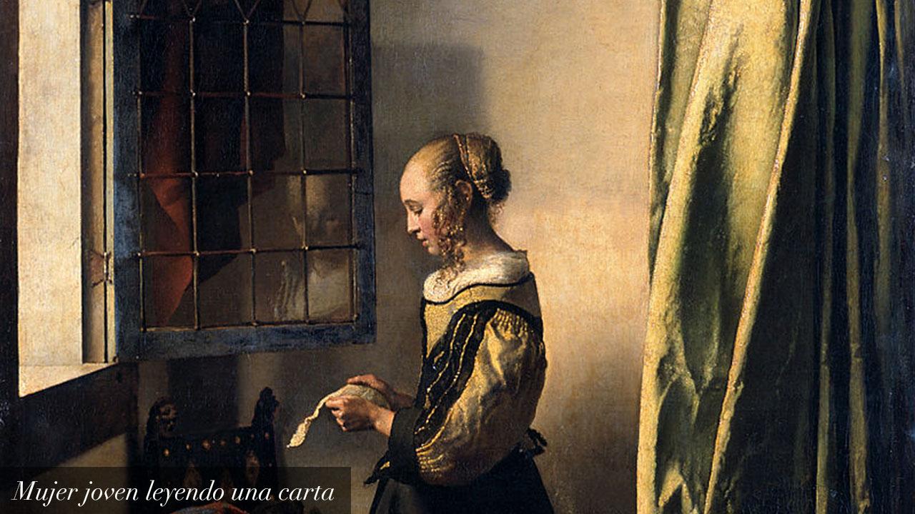 Mujer joven leyendo una carta frente a la venta_text_es